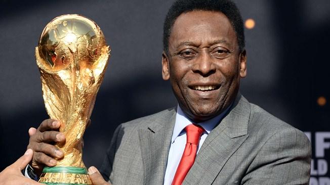 Ο Pele κρατάει το τρόπαιο του Μουντιάλ