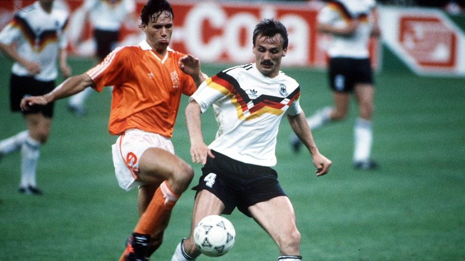 Ο Marco van Basten απέναντι σε αμυντικό της Γερμανίας