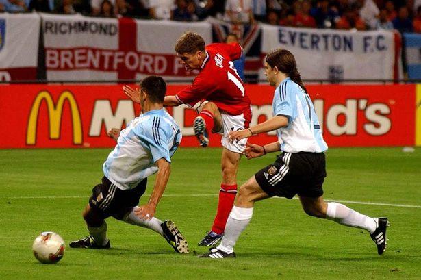 Σουτ από τον Michael Owen στο ματς Αγγλία - Αργεντινή