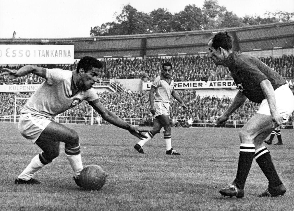 Ο Garrincha ντριμπλάρει αντίπαλο στο Μουντιάλ του 1962