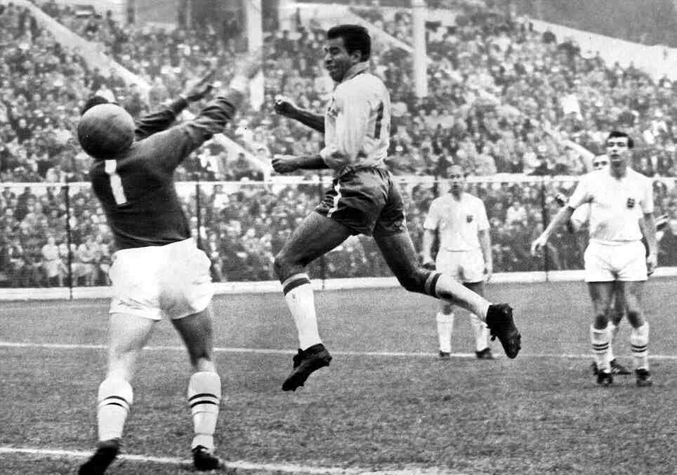 Ο Βραζιλιάνος Vava σκοράρει με κεφαλιά σε αγώνα του Μουντιάλ 1962