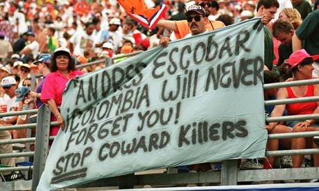 Πανό υπέρ του Εσκομπάρ στην κηδεία του