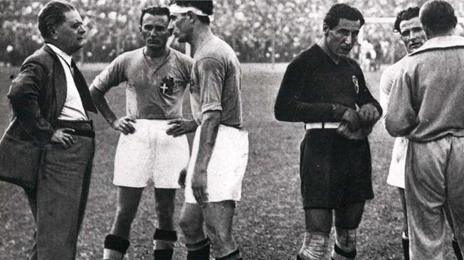 Ο Vitorio Pozzo δίνει οδηγίες στους ποδοσφαιριστές του.