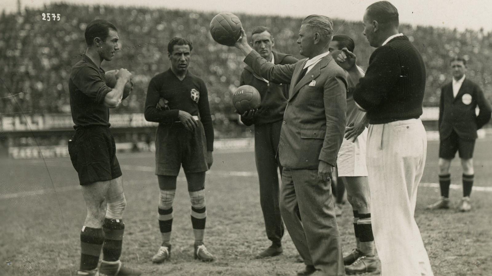 Ο Vitorio Pozzo με τους ποδοσφαιριστές της Εθνικής Ιταλίας