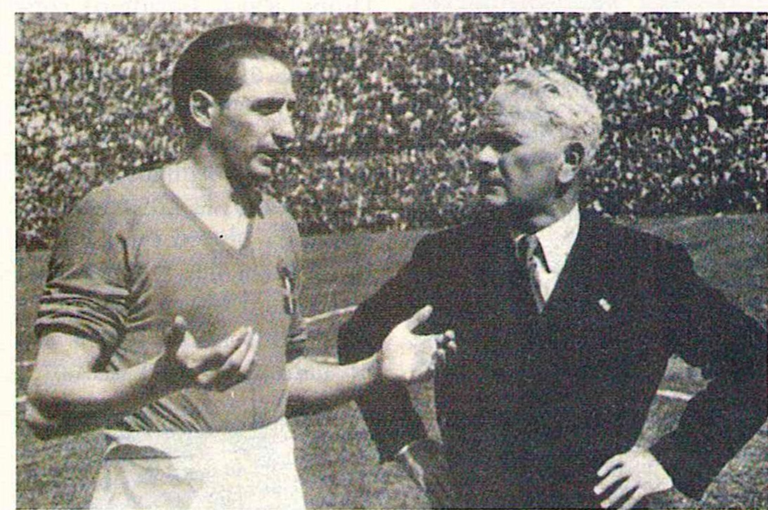 Ιταλός ποδοσφαιριστής και Vitorio Pozzo σε συνομιλία