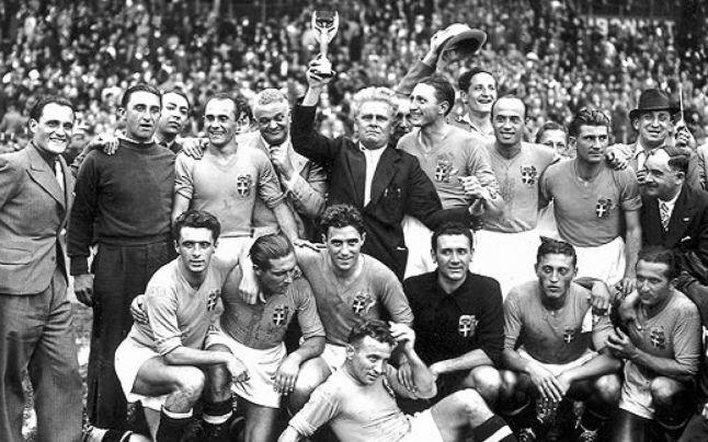 Ο Vitorio Pozzo και οι παίκτες της Εθνικής με το τρόπαιο του Παγκόσμιου Πρωταθλητή το 1938
