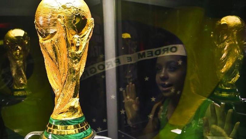 Το τρόπαιο του Μουντιάλ με φόντο τη σημαία της Βραζιλίας