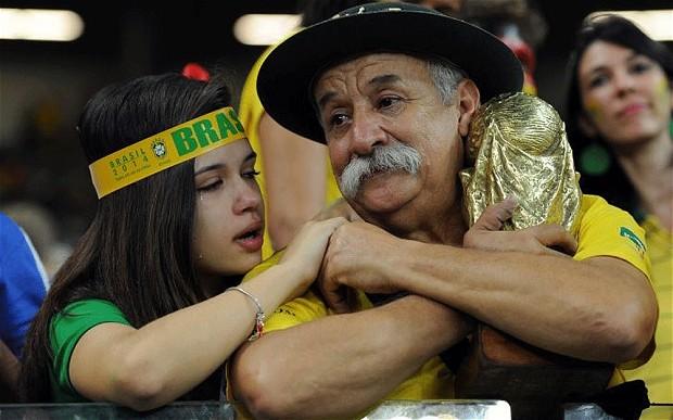 Βραζιλιάνοι φίλαθλοι με δάκρυα στα μάτια