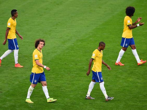 Βραζιλιάνοι ποδοσφαιριστές με σκυμμένα κεφάλια μετά το 7-1