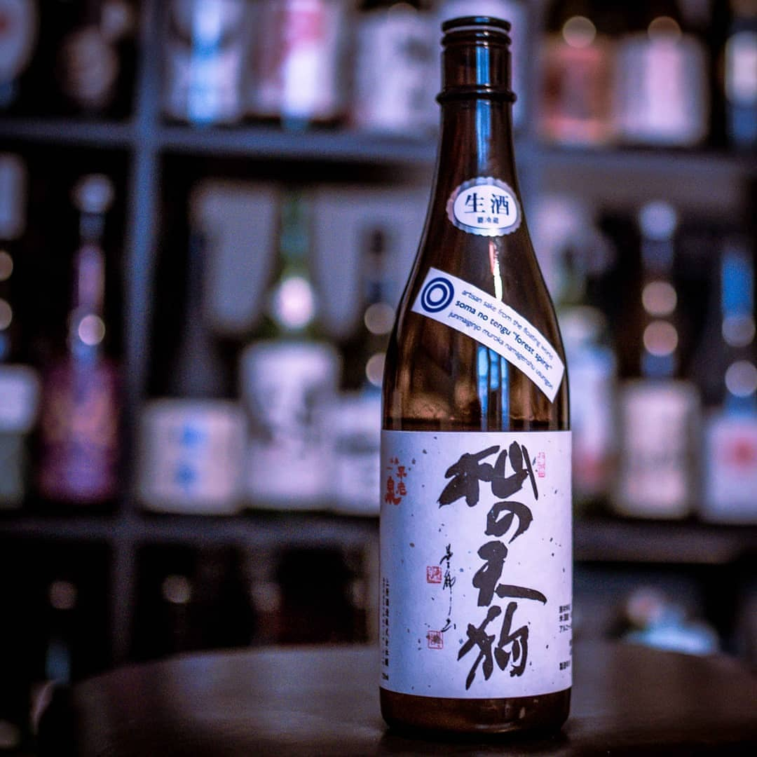 Going outside of my comfort zone tonight and into my wife's territory with this big, bold namagenshu from Shiga prefecture. Soma No Tengu's unpasturized usunigori is bold and memorable with crisp notes of green apple. This is a fresh, flavorful sake that you do not want to miss out on. #sake #sakesunday #nihonshu #namasake #floatingworld #genshu #日本酒 #生酒 #原酒 #somanotengu #shiga #junmaiginjo #usunigori #純米吟醸 #杣の天狗純米吟醸 #杣の天狗