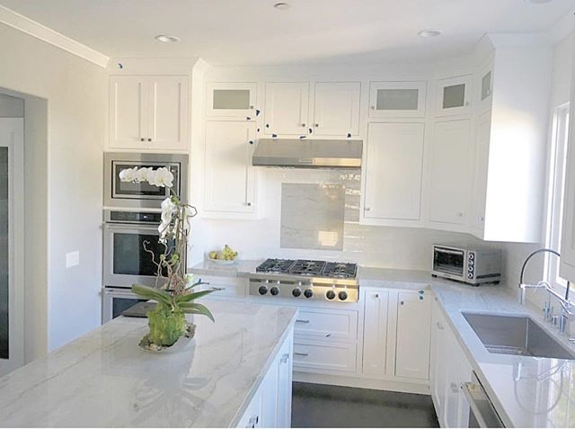 White on white cabinets with a gorgeous slab of marble... So refreshing🍃  Don't forget to tune in and watch us on Christina On The Coast!  Series premier is May 23rd at 9pm @hgtv • • • #mtrconstruction #hgtvcontractor #christinaonthecoastcontractor #buildersofig #orangecountycontractor #homebuilders #dreamhouses #hgtv #customhome #designbuild #dreamhome #hardwood #floors #organization #newportbeach #huntingtonbeach #coronadelmar #newportcoast #lagunabeach #california #construction #constructionworker #contractor #interior #interiordesign #kitchen #marble #cabinets