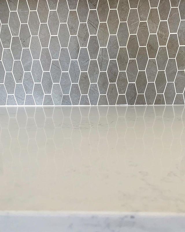 With this bright classic white countertop, this textural backsplash is dreamy... am I right? • • #mtrconstruction #hgtvcontractor #buildersofig #orangecountycontractor #homebuilders #dreamhouses #hgtv #customhome #designbuild #dreamhome #hardwood #floors #organization #newportbeach #huntingtonbeach #coronadelmar #newportcoast #lagunabeach #california #construction #constructionworker #contractor #interior #interiordesign