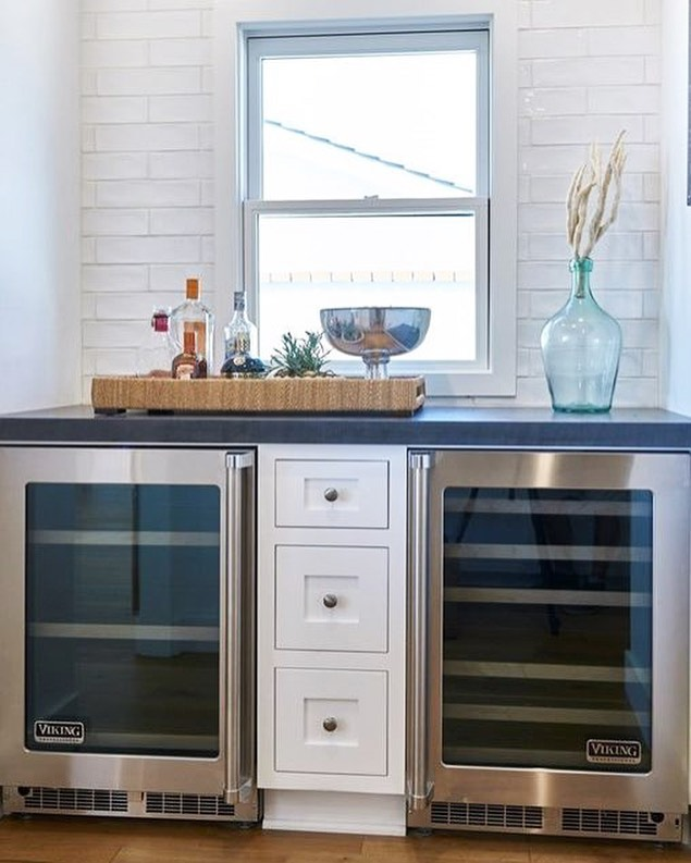 Saturday night calls for a nice bottle of wine from the wine fridge!🍷 What a perfect size mini bar to entertain friends and family! Oh, and how amazing does the wood floors look with the bright white tile backsplash!? White Clay Tile: @statecollegedistributors Wood Floors: @statecollegedistributors • • • #mtrconstruction #hgtvcontractor #christinaonthecoastcontractor #buildersofig #orangecountycontractor #homebuilders #dreamhouses #hgtv #customhome #designbuild #dreamhome #hardwood #floors #organization #newportbeach #huntingtonbeach #coronadelmar #newportcoast #lagunabeach #california #construction #constructionworker #contractor #interior #interiordesign #minibar #winefridge #wine