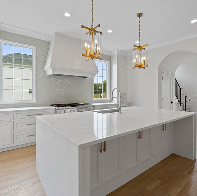 Happy Friday! Loving the natural light in this Cambridge Square kitchen #watershollandbuilders #watersholland #kitchen #whitekitchen #quartz #buildersofig #appliances #newconstruction