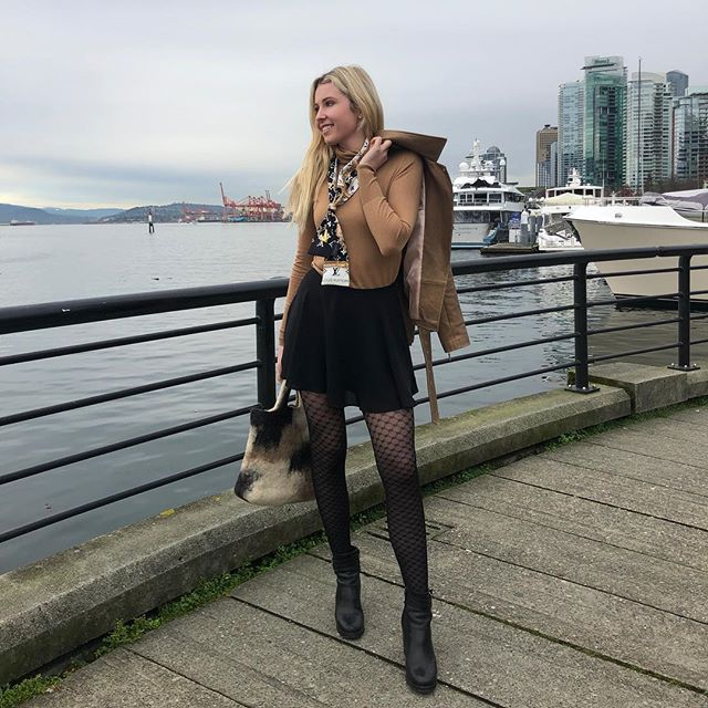 This picture is to show my Frenchies that Vancouver isn't that cold during winter time! . Wearing my favourite tights @fromrachel