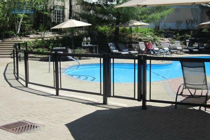 glass_railings_arroung_swiming_pool_.jpg