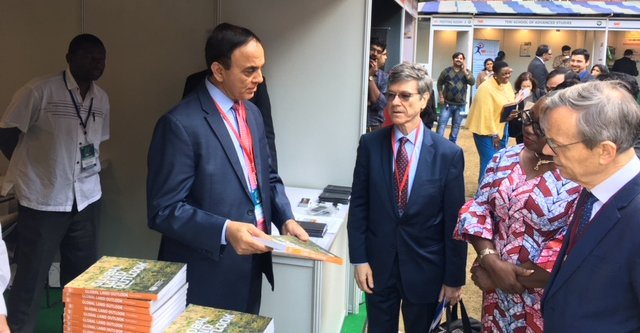 Presenting latest Global Land Outlook to Professor Jeffrey Sachs at the World Sustainable Development Summit 2018 (WSDS)