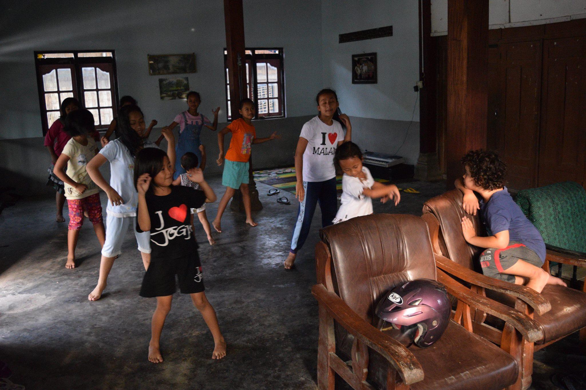Latihan menari untuk tampil nanti malam / Rehearsal before an evening performance