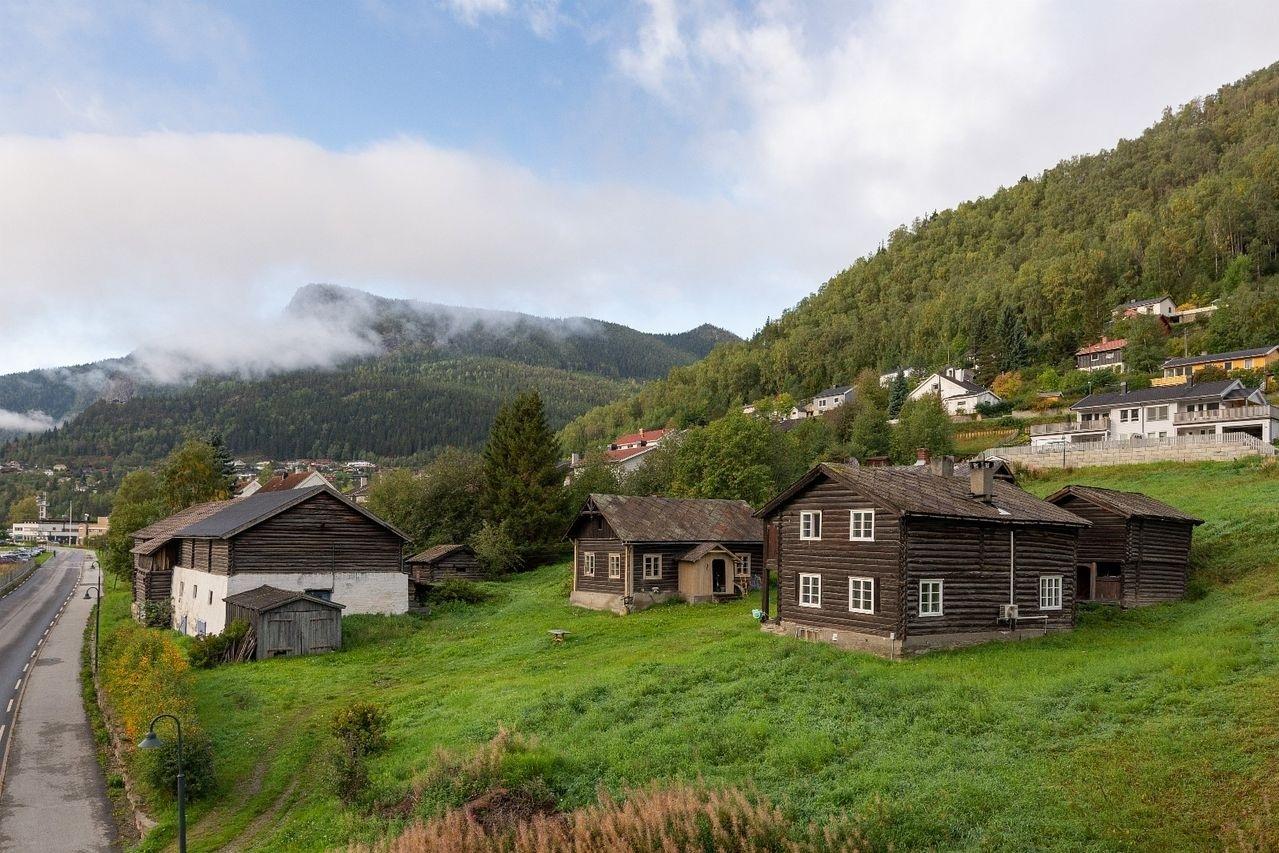 Gard med Tømmertun frå 1750 i Otta sentrum - Norigard Loftsgard - Selsvegen 48-52, 2670 Otta