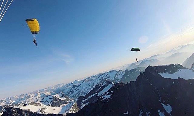 Rimelig spektakulært @skydivebjorli 😍😍😍 . . 📸 @skydivebjorli / #lesjafallskjermklubb #komtiloss #nordgudbrandsdal #fallskjerm #nasjonalparkriket #liveterbestute