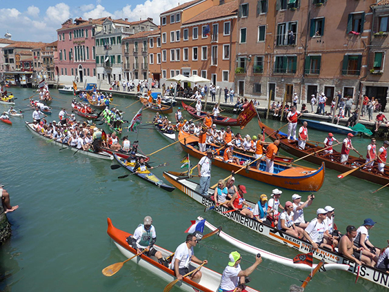 Boats make their way down the Canarreggio Canal towards the end of the row.