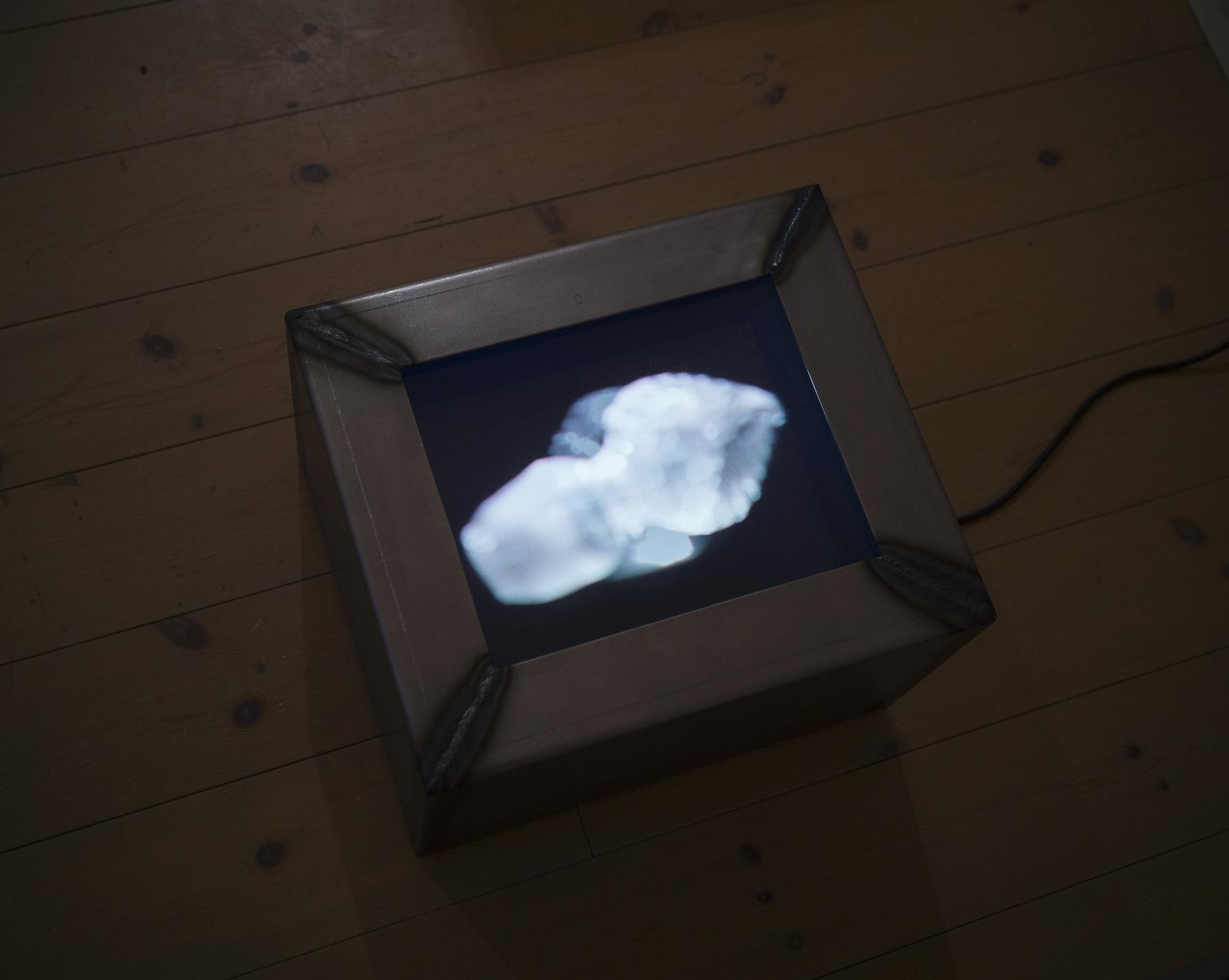 Sinker 2,  filmloop 9.28min, iron, plexi 39x27x33cm w/h/d 2018