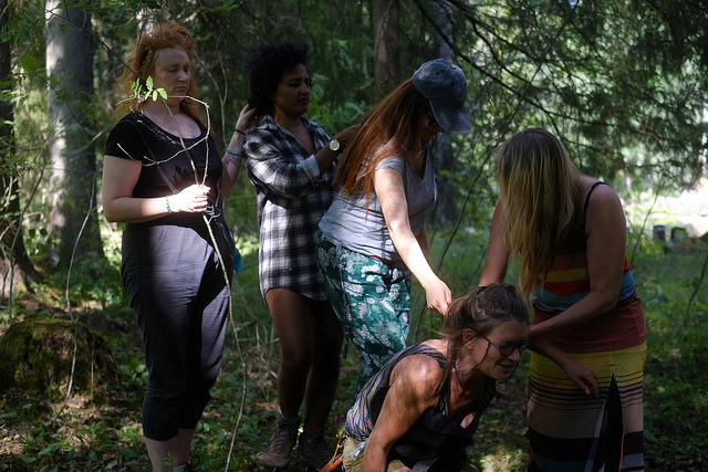 International Performance Art Workshop 2018, fieldtrip to Pitkäkoski river, multisensorial excercises, Photo Antti Ahonen