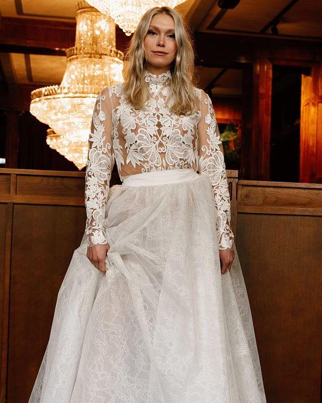 Modern bride ✨Gorgeous dress from @tshtinasteffenakkhermansen 📸@hermierphotography & assistant @mauriciosubirana // Styling @adelinehermier // Model @ingvilmoe // Hair&makeup @eirikthorsen @idaskipsfjord @adamogevagrensen // Location @olympen_restaurant ✨