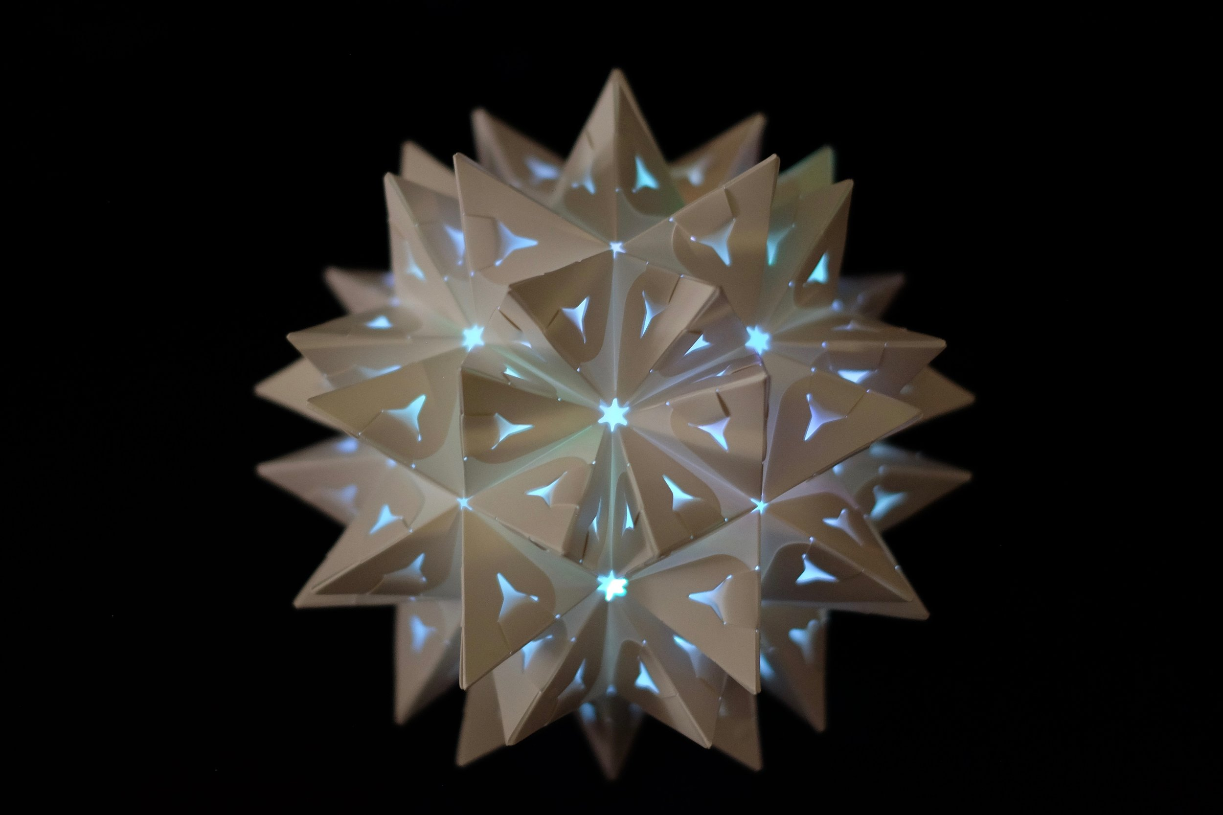 Supernova - a.k.a. final stellation of the icosahedronA superstar transformer that POPS!Build with 3 sets, using 90 flex-pieces.