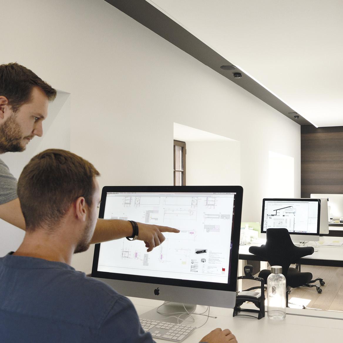 Architektur.  Mise en Place plant den gesamten Raum, visualisiert Ideen und hat dabei stets das Ganze im Blick: Strukturen, Materialien, Gestaltung, Ambiente. Die Fachleute stimmen diese Komponenten auf eine optimale Funktionalität ihres Workflows ab. Sie koordinieren und begleiten die gesamte Umsetzung des Projekts und behalten Kosten und Termine im Auge.