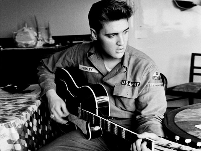 ELVIS - Parce qu'il fallait bien choisir une chanson du King, ici, la reprise de Burning Love, single paru en 1972 avec le B-Side It's a Matter of Time. N° 2 des ventes aux États-Unis, derrière My Ding-a-Ling de Chuck Berry, ce sera la dernière apparition d'Elvis Presley dans le Top 10 américain.