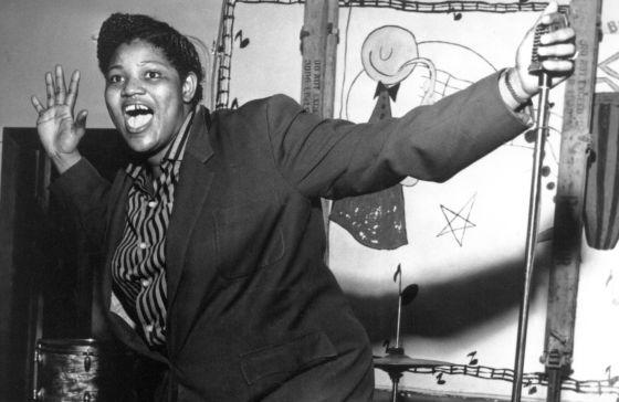 1984 - La brindille c'est moi, 1984 mon année de naissance. Laissez-moi donc vous présenter Big Mama Thornton, grande chanteuse de blues et de rythm and blues à la voix incroyable. Big Mama est morte en 1984 justement. Pas très connue, c'est pourtant elle qui enregistrera la 1ere version de Hound Dog, popularisée ensuite par Elvis. Elle est également l'auteur de Ball and Chain chantée en live par Janis Joplin au Festival Pop de Monterey en 1967, performance inégalée. Ici, petite session à l'harmonica histoire de bien se réveiller.