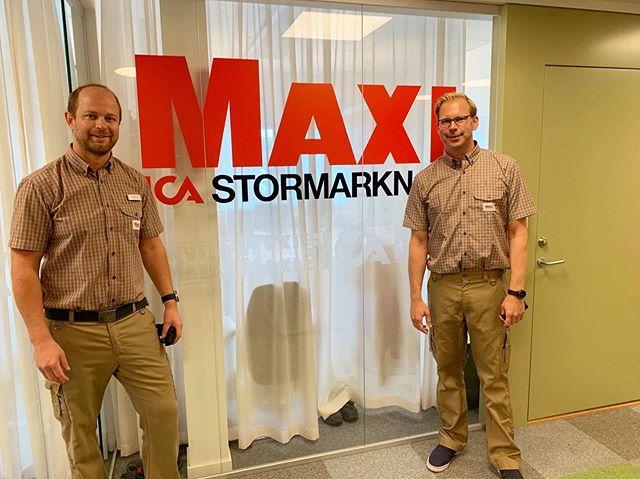 """Här kommer ett meddelande från Niclas på PwC. """"Jag har praktiserat hos min kund ICA Maxi i Enköping där jag under dagen har packat upp varor och """"frontat hyllor."""" En rolig och givande dag med nya insikter och bättre förståelse för arbetet i butiken!"""" Det låter som en härlig dag tycker vi! #ikundenshuvud"""