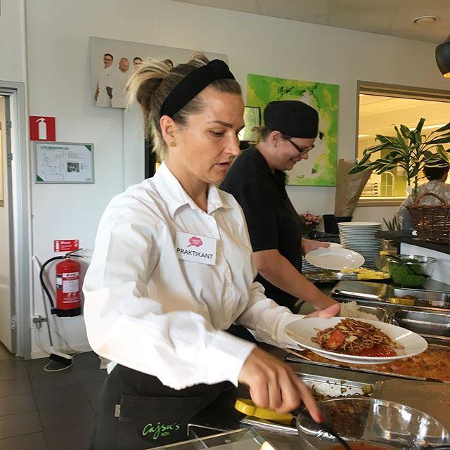 På Cajsas Kök står Rosie, till vardags projektledare på Komson, och serverar mat till hungriga gäster. Hon ser riktigt van ut, det är bara pinnen på skjortan som avslöjar att hon i själva verket är en livs levande praktikant.  Efter lite prat om insikter och vikten av att känna sin kund på riktigt är det dags för eldprovet: servera lunch till reportrarna. Det klarar hon galant! Slutbetyg: 5/5.  Tack Rosie och gänget, fortsatt lycka till!  #ikundenshuvud #uppsalastadsmission #matkassen #komson #cajsaskök