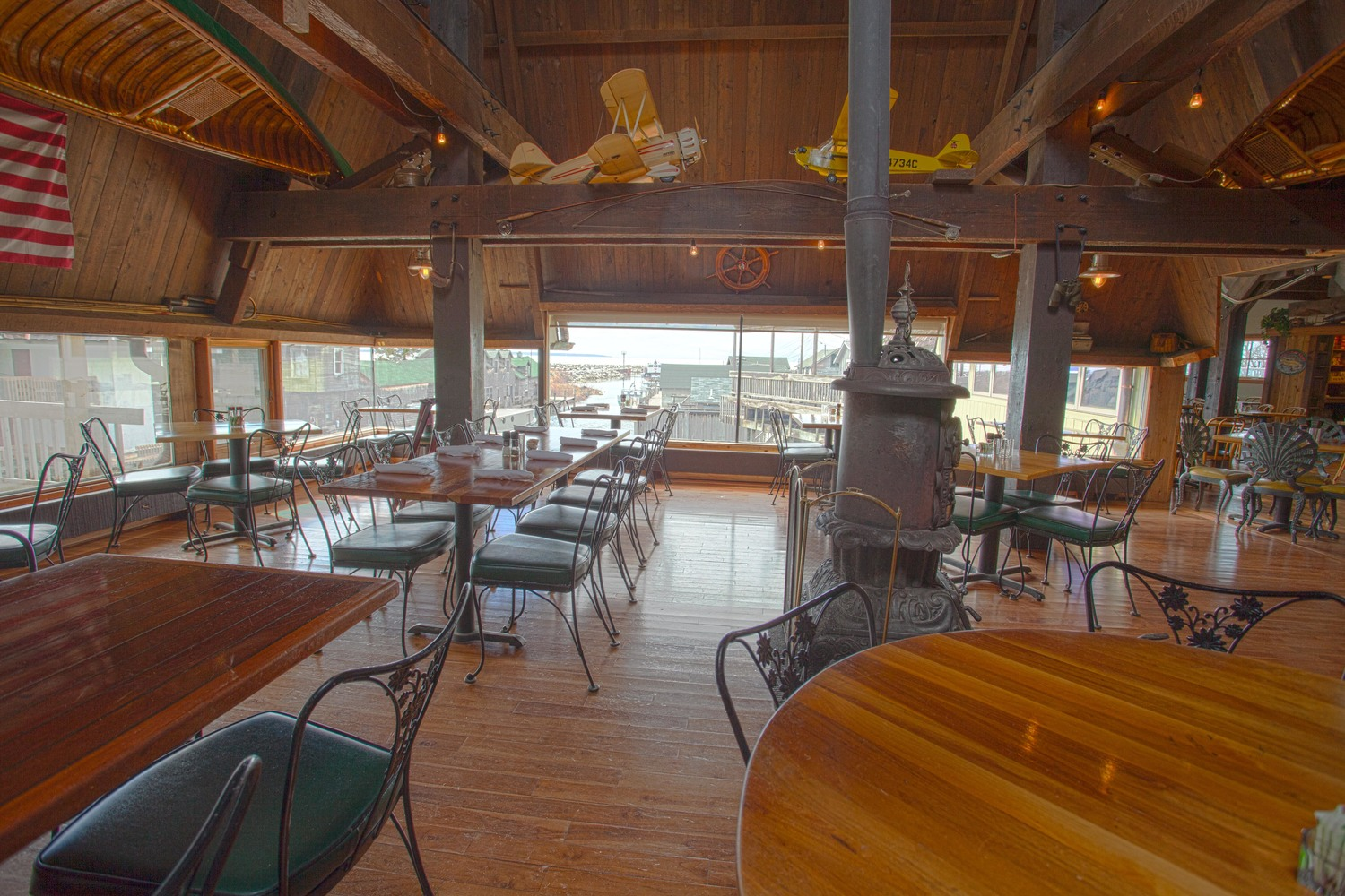 The Cove - Laid-back seasonal riverside grill & bar serving gourmet seafood & steaks amid fishing-cabin decor.(231)256-9834