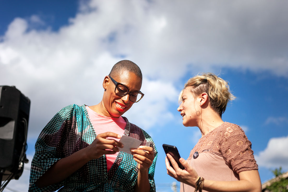 Emilie offre un sticker JCVD du Grigri à Sandra Nkaké