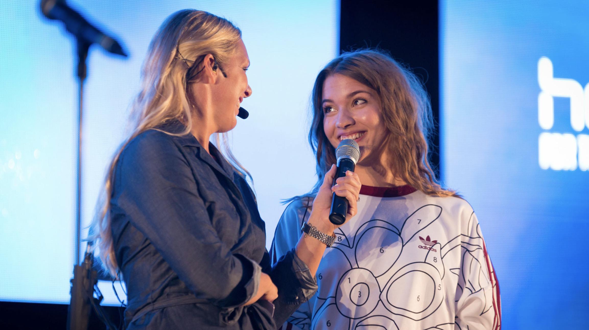Conferencier Anna Brolin interviewing