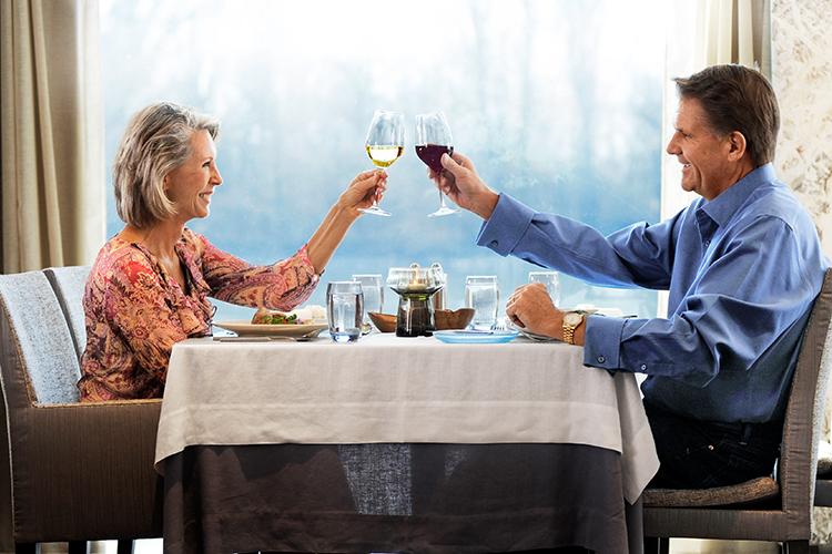 Viking_Longships_Dining_Couple_Toast.jpg