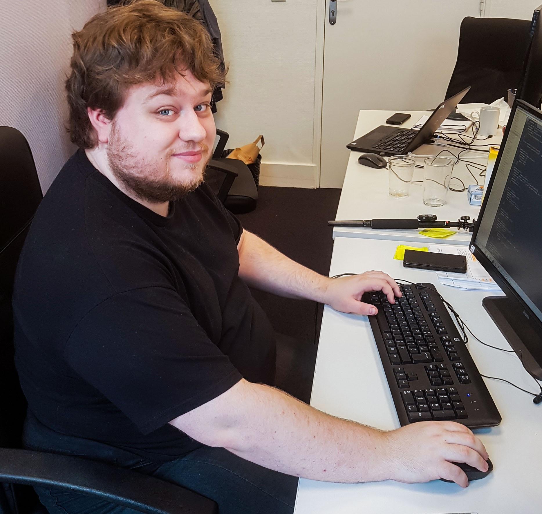 Frantz est notre développeur maison. Grâce à lui, les offres sont diffusées et les candidatures sont envoyées directement aux recruteurs. Ça aide un développeur!