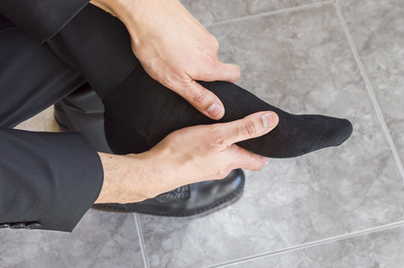 26507149_S_foot_pain_top_man_business_socks_shoes_hold.jpg