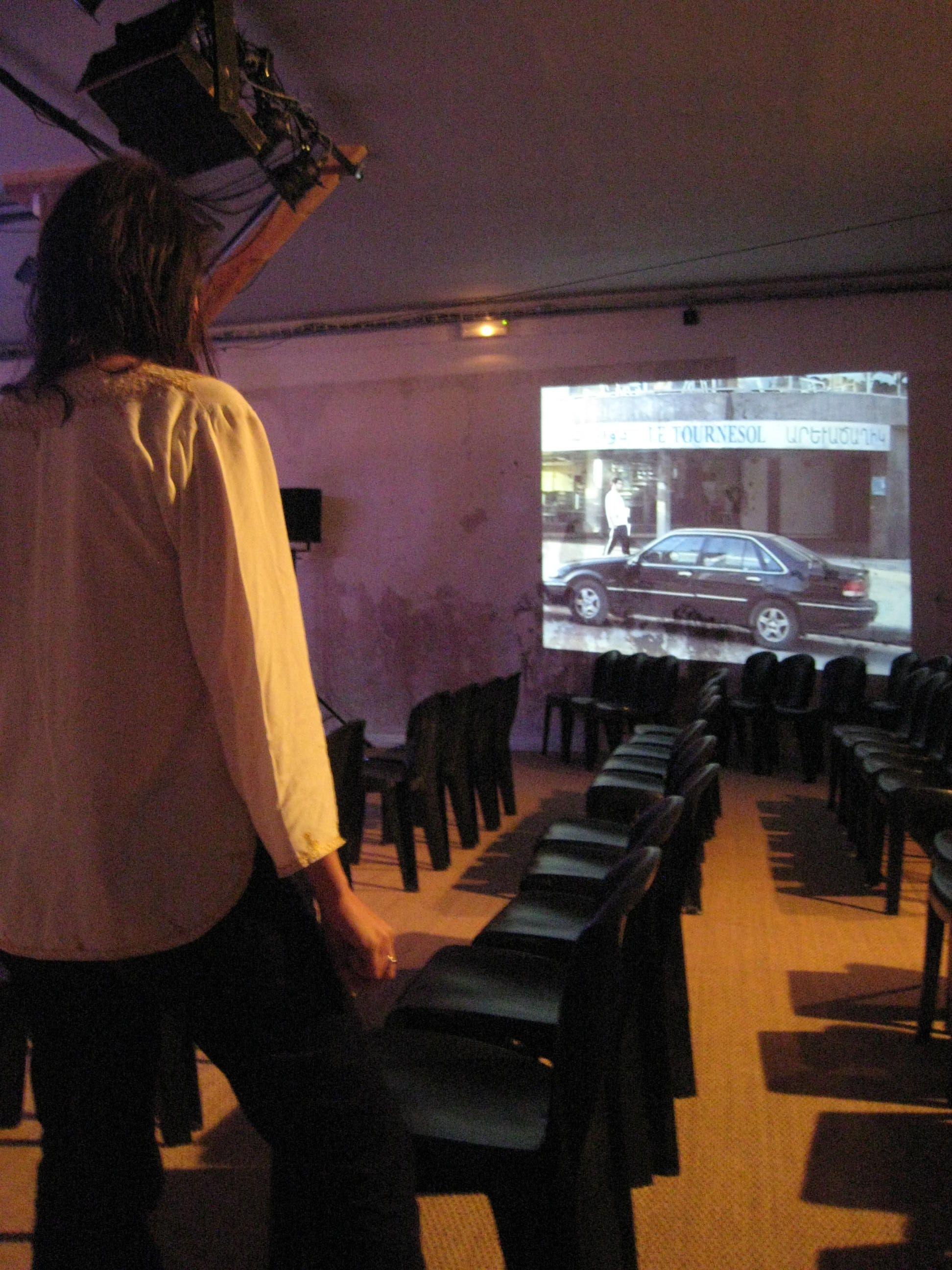 """En répétition du """"Théâtre des Operations GRIM, 2008) Moi devant une video qui filme l'entrée du théâtre Tournesol de Beyrouth, le lieu de création de mon ami Nehme Nehme ."""