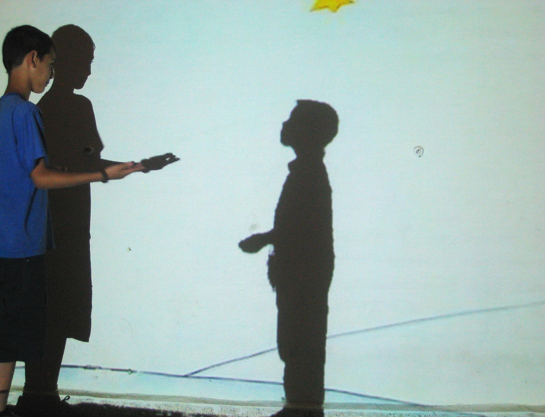Un enfant au Liban ( à gauche ) qui joue avec l'ombre de son camarade en France (à droite).