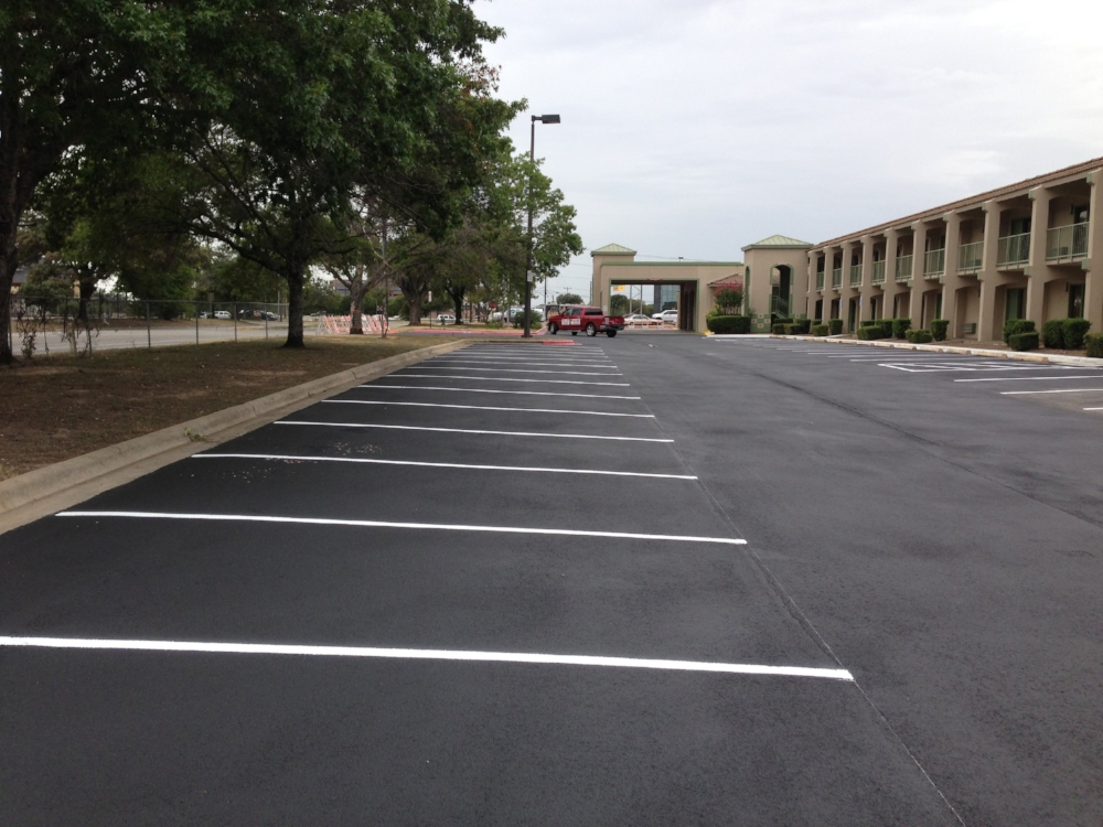 Quality+Inn+-+Asphalt+Sealcoating+&+Parking+Lot+Striping.jpg