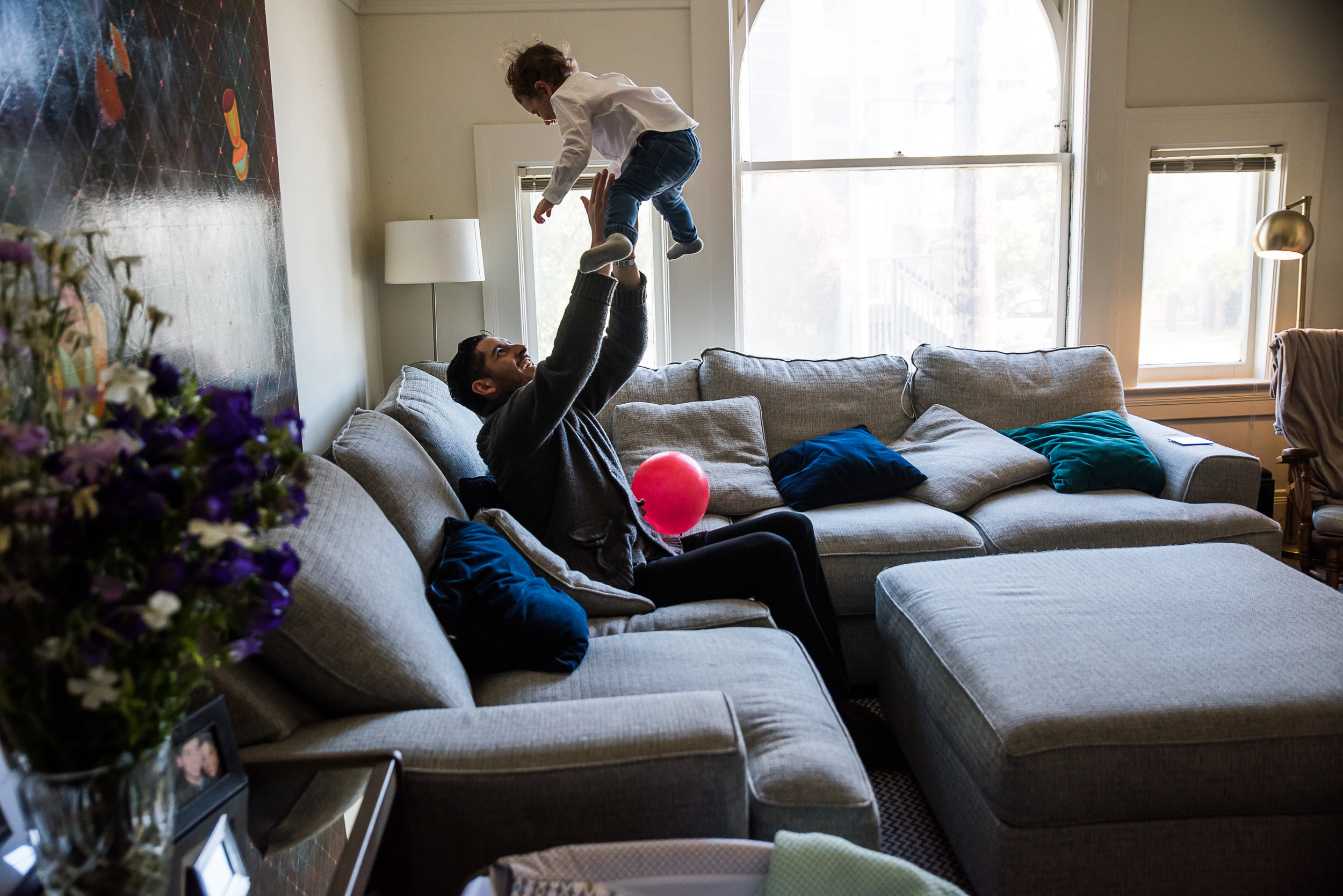 San Francisco Family Photographer, Amanda Anderson, captures family at home with red balloon