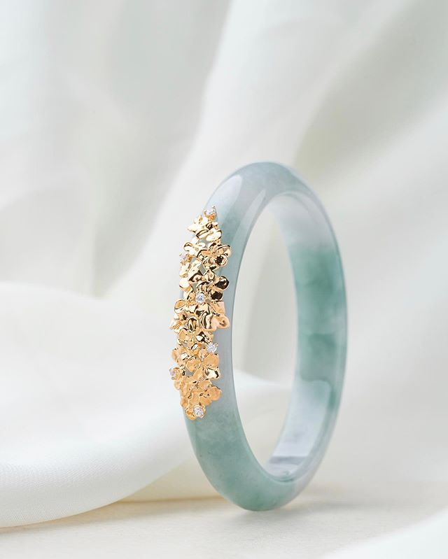 Introducing the Hydrangea Jade Bangle, as intricate and precious as nature itself. Each one-of-a-kind Type A Jadeite bangle is framed with luxurious 9kt solid champagne gold petals and embellished with splendid matura diamonds.  Extremely limited pieces are now available exclusively at the Mandarin Gallery Flagship Boutique. #chooyilin #TypeAJadeite #jadebangle