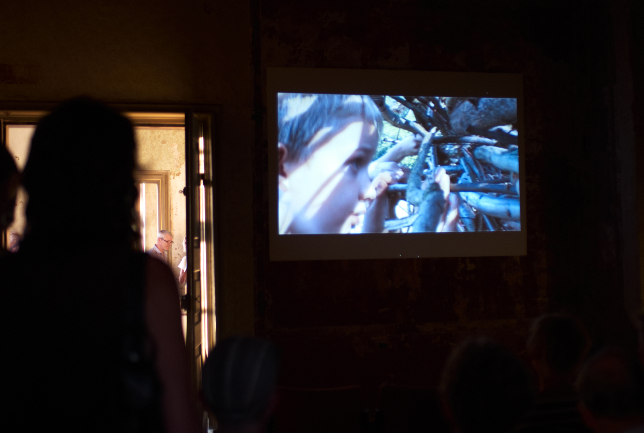 "Rückblick  Videoraum in der Ausstellung ""ENTFALTUNG"" von Andreas Hetfeld im Barockschloss Wachau 2018, Foto: Karsten Moll © ORLA e. V."