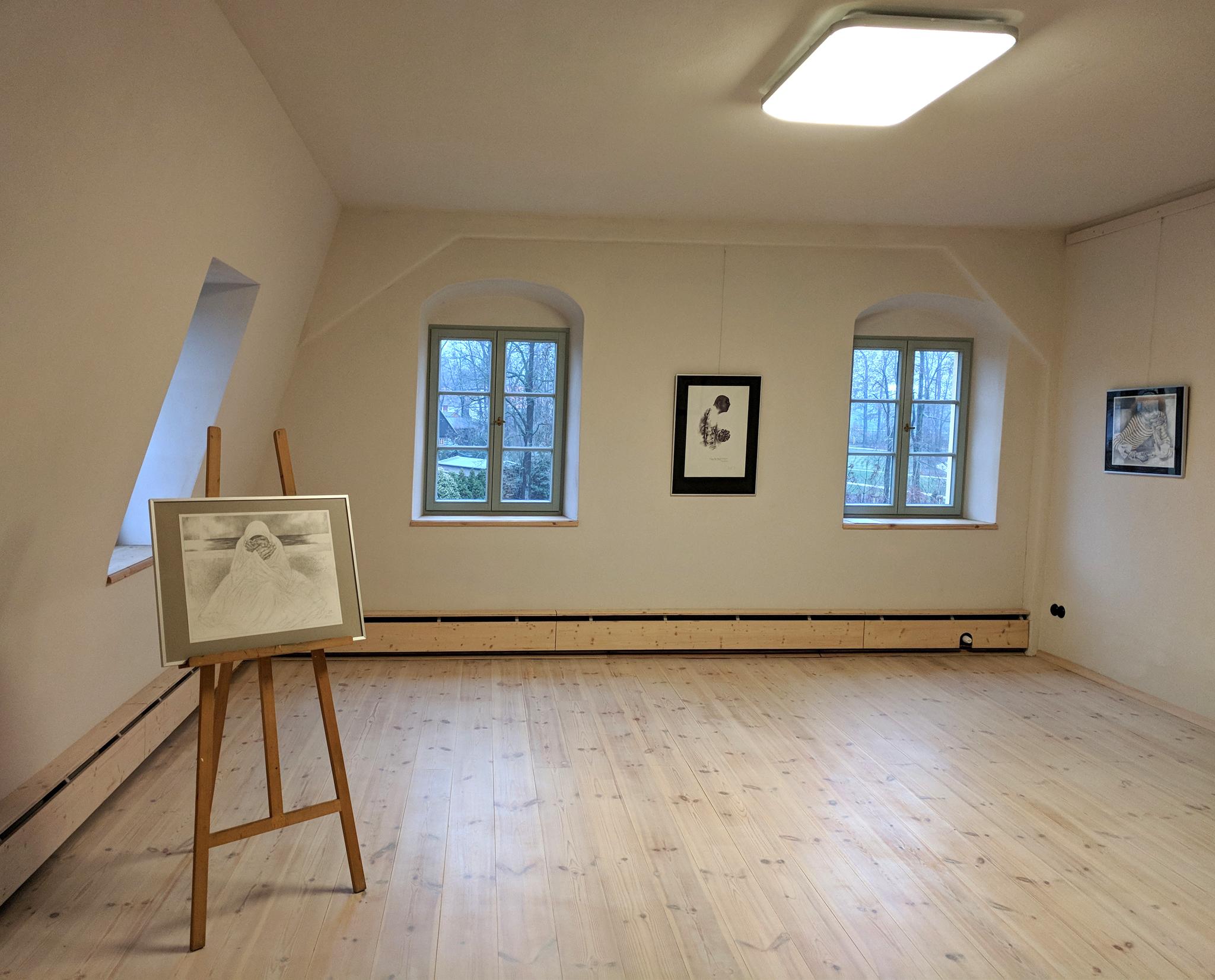 Atelierraum_O66_Ausstellung_Juza_Gesellschaftsportaits_2048px.jpg