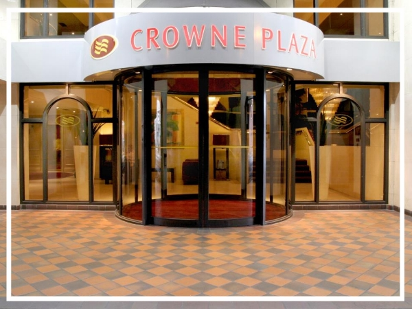 Crowne Plaza, Chester - 4* Modern City Centre HotelThe Crowne Plaza Chester offers 11 meeting rooms with a capacity for up to 600 guests. A contemporary hotel conveniently positioned within the walls of this historic city, it also boasts 160 guest rooms, a Health and Fitness centre, restaurant and lounge bar.