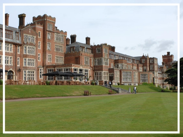 De Vere Selsdon Estate - 4* HotelSelsdon Park Hotel & Golf Club is located just 15 minutes by train from central London. A luxury hotel set in 200 acres of beautiful countryside, it has great conference facilities with over 20 meeting rooms as well as an 18 hole championship golf course.