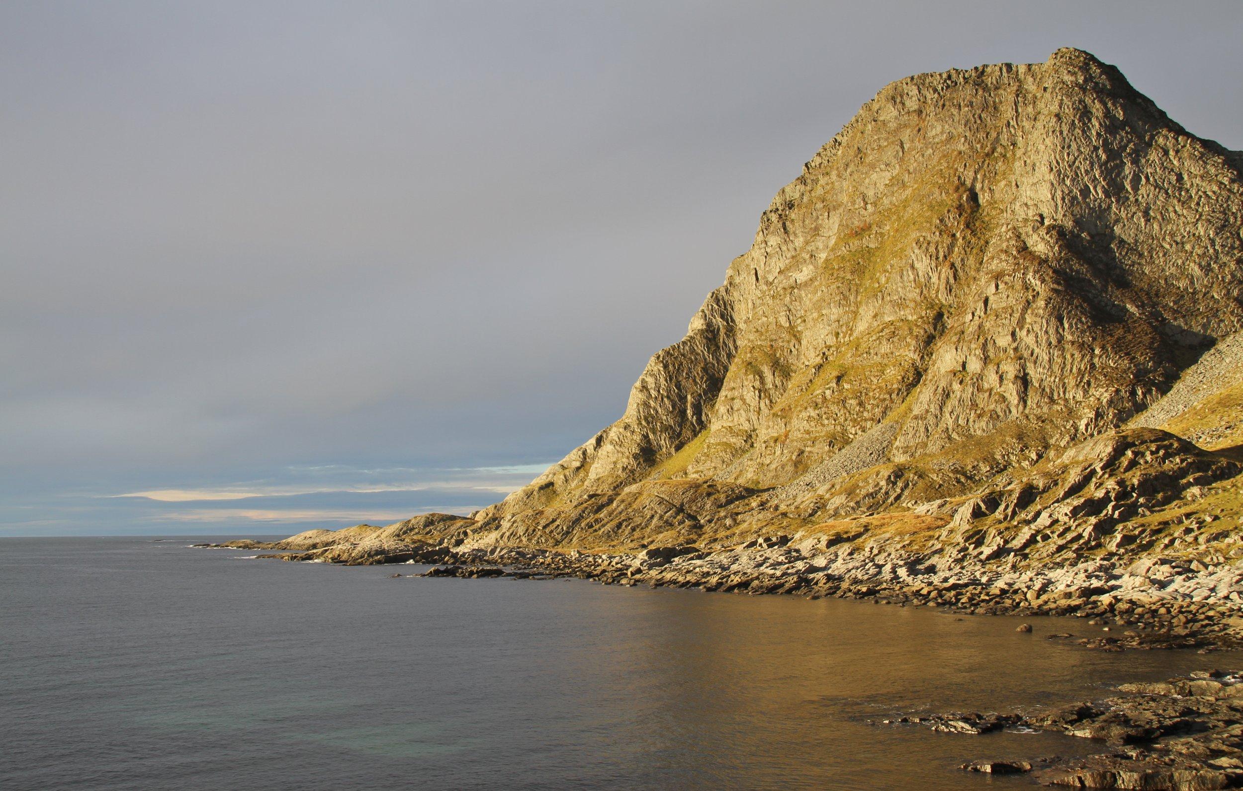 Fjellet Dollsteinen, opninga til hola på venstre side av fjellet. Foto: Martin Hauge-Nilsen